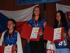Orlovské slečny na stupních. Nejvýše vítězná Hana Gabzdylová, vpravo třetí Dominika Hoťková.