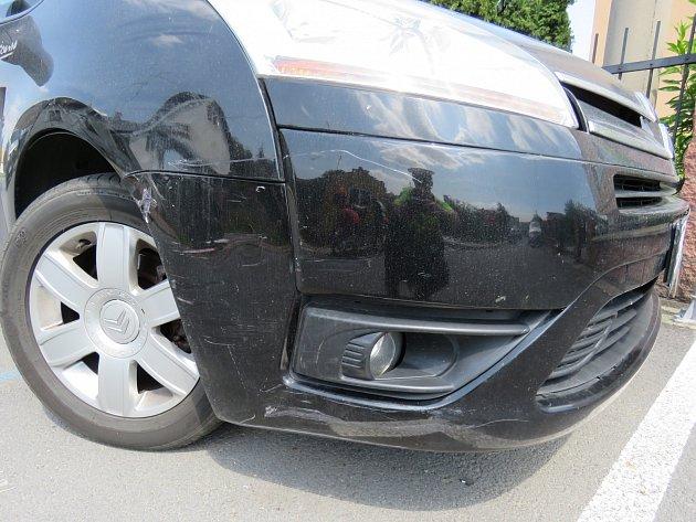 Poškozený osobní automobil.