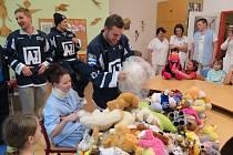 Havířovští hokejisté předali dárky dětem v nemocnici.