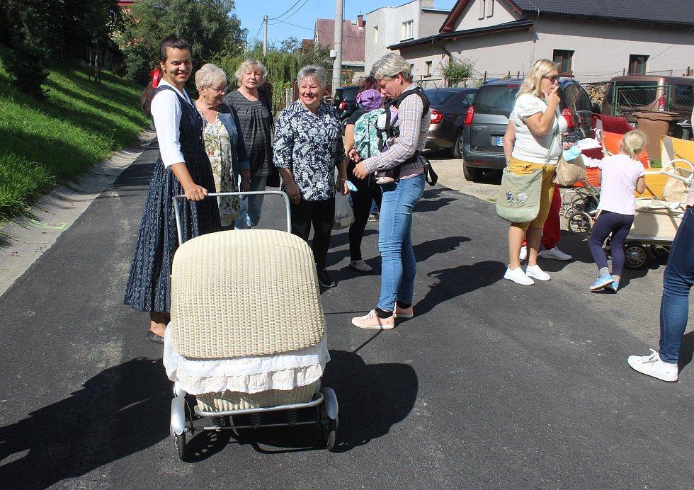 V Českém Těšíně vyrazily ženy s několik mužů na pochod s historickými kočárky od ateliéru U Perníkářky. na náměstí v centru.