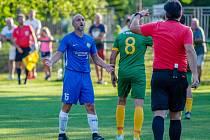 Hrající trenér Těšíňanů Petr Joukl se diví. Jeho tým teď neustále prohrává.