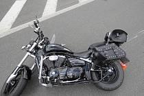 Následky srážky motocyklu s osobním automobilem v Orlové.