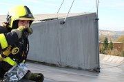 Cvičení hasičů na střeše zimního stadionu v Havířově.