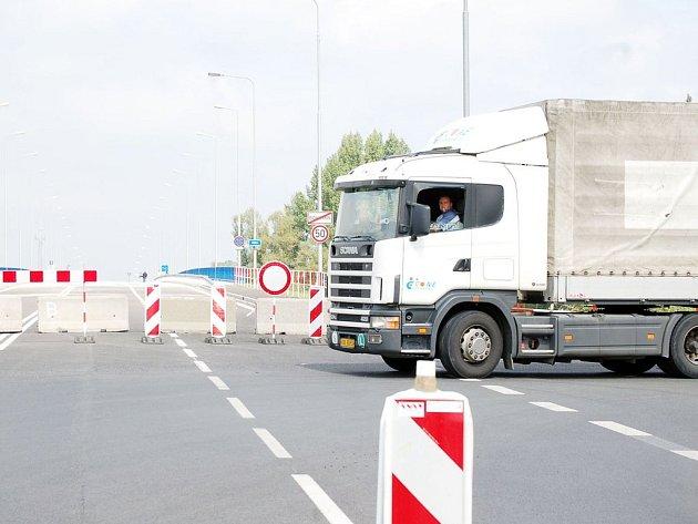Po otevření nového hraničního mostu v Bohumíně město opět sužují stovky kamionů.