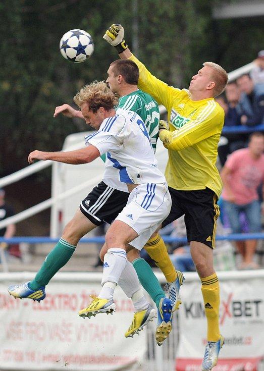 Frýdecko-místečtí fotbalisté (v bílém) porazili v derby Karvinou přesvědčivě 4:1.