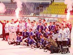 Rozlučka s hokejovou sezonou. Hráči Havířova si zahráli proti fanouškům (v bílém).