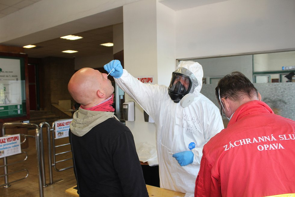 V Dole Darkov začali hygienici v pondělí s plošným testováním všech zaměstnanců.