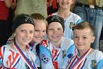 Nejmladší žáci mají radost ze svých výsledků, zleva Lucie Badurová, Julie Jordanová, Nella Ligocká, Jakub Kůrka, v pozadí Jana Nowaková.
