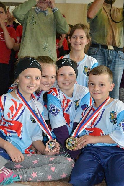 Nejmladší žáci mají radost ze svých výsledků, zleva Lucie Badurová, Julie Jordanová, Nella Ligocká, Jakub Kůrka, vpozadí Jana Nowaková.