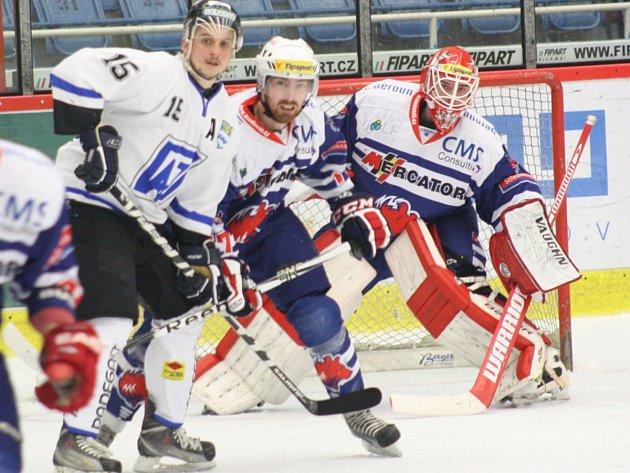 Havířovští hokejisté (bílé dresy) proti Berounu nepřekvapili, prohráli 2:4.