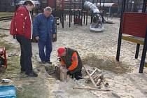 Pracovníci Správy sportovních a rekreačních zařízení při opravě dětského hřiště v centru Havířova v únoru 2014.