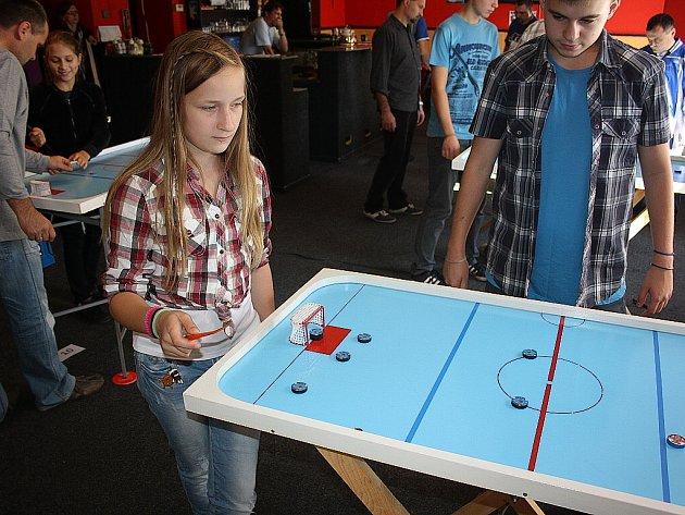 Turnaj ve stolním hokeji s názvem Šprtec v Bohumíně.