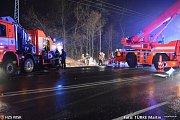 Hasičská cisterna havarovala v pátek večer na zledovatělé silnici mezi Havířovem a Karvinou.