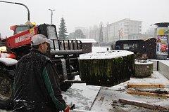 Vánoční městečko v centru Havířova chrání před najetím vozidla betonové zábrany.