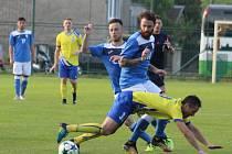 Bohumínští fotbalisté, jako na snímku František Hanus, symbolicky klesají k nebezpečnému pásmu divizní tabulky.