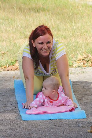 Každá maminka, která si vyzkouší strollering, si toto cvičení nemůže vynachválit.