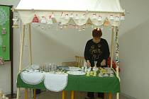 Marie Pustelníková ve svém stánku, kde jsou k vidění její výrobky.