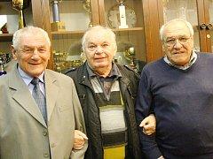 Mistři republiky z roku 1968 Arnošt Raník (vlevo) a Ladislav Slezák (vpravo) s Oldřichem Horákem, bývalým funkcionářem karvinského klubu a žurnalistou.