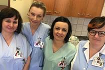 Obdoráři orlovské nemocnice vyhlásili ve středu stávkovou pohotovost, sestřičky zde nyní na pracovních oděvech nosí připnutou symbolickou trikoloru.