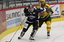 Havířovští hokejisté (černé dresy) deklasovali Vsetín a po třech kolech vedou II. ligu bez ztráty bodu.