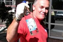 Zdravotník ze záchranné služby ukazuje láhev alkoholu, kterou do nemocnice přivezli i s pacientem.