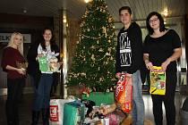Sbírka Psí Vánoce studentů Obchodně podnikatelské fakulty v Karviné měla úspěch a pro psíky z karvinského útulku se tak vybrala spousta jídla i dalších potřebných věcí.