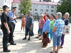 Velitel strážníků Petr Bičej vyrazil s kolegy do ulic, aby s obyvateli Nového Města debatoval o jejich problémech.