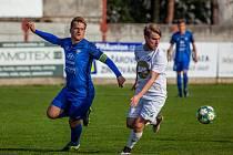 Dětmarovičtí fotbalisté (v bílém) se mohli v sobotu radovat z výhry nad Rýmařovem.