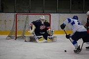 Orlovští hokejisté (v bílém) nezvládli ani dohrávku s David servisem.