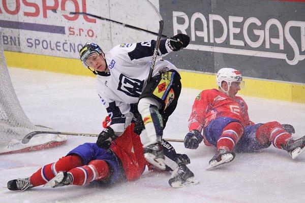 Havířovští hokejisté (vbílém) si připsali další výhru, když porazili Třebíč.