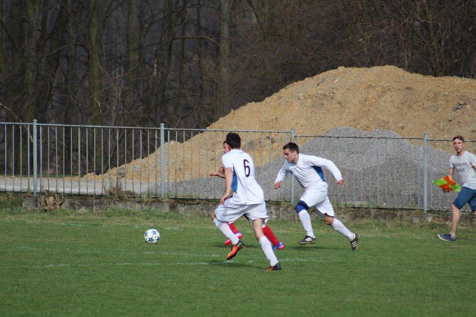 Fotbalové derby Těrlicko (v tmavém) vs. Slovan Havířov.