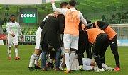 Karvinští fotbalisté (v bílém) dokázali v sobotu přehrát Zlín 2:0.