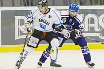 Kdo s koho? Další díl hokejové série mezi AZetem a Baníkem je na programu dnes od 18 hodin v Havířově. Na snímku bojují o kotouč havířovský Tomáš Bursík (vlevo) a karvinský David Moravec.