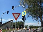 V Karviné Loukách bude rychlost projíždějících aut střežit nový semafor. V místě je také rozšířen chodník pro chodce.