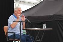 Miroslav Donutil vyprodal a naplnil stan v karvinském areálu lodiček. Povídal, vzpomínal, bavil a také podepisoval knihy a fotky.