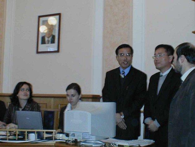 Pracovníky korejské firmy Donghee Industrial doprovázel na jednání na českotěšínské radnici Česlav Valošek, jehož firma spolupracuje s agenturou CzechInvest.
