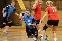 Házenkářky Sokola (u míče Synková) se snaží vyhrát druhou ligu.