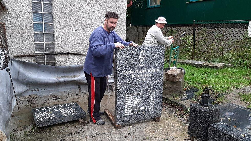 Těrličtí kameníci Roman Sedlák a David Herdzina renovují rozebraný památník obětem důlního neštěstí v Dole Dukla v roce 1961.