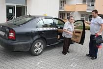 Lidé z Rychvaldu si mohou na cestu k lékaři zavolat dotovaný taxík.