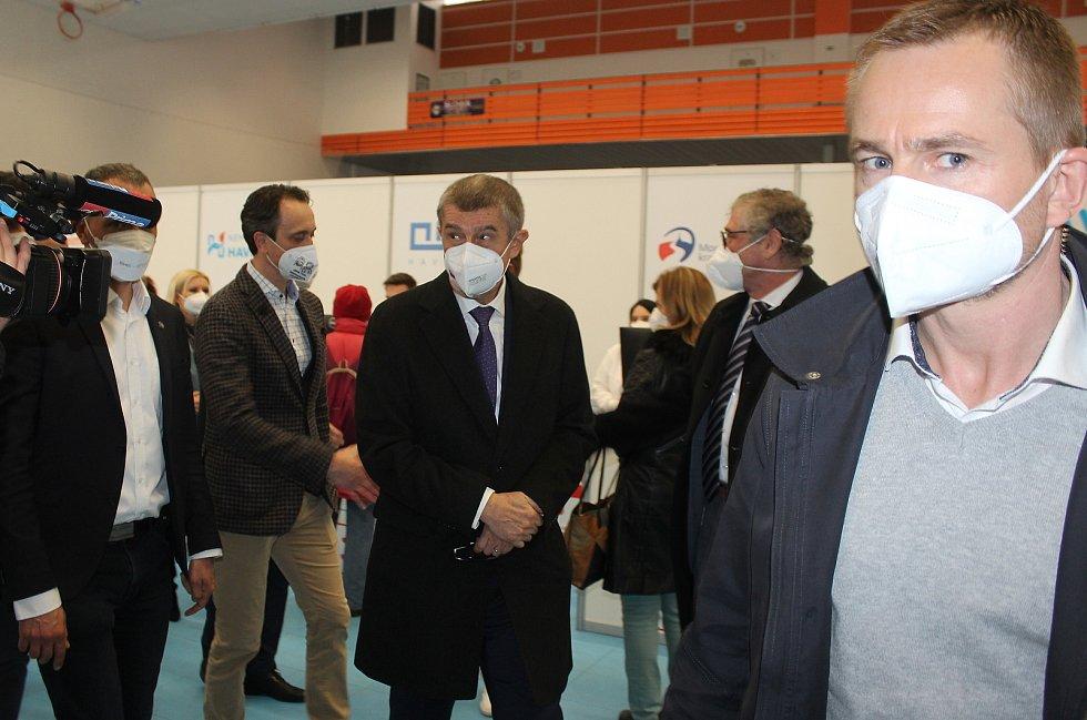 Premiér Andrej Babiš si v Havířově prohlédl očkovací centrum, které funguje v hale Slávie.