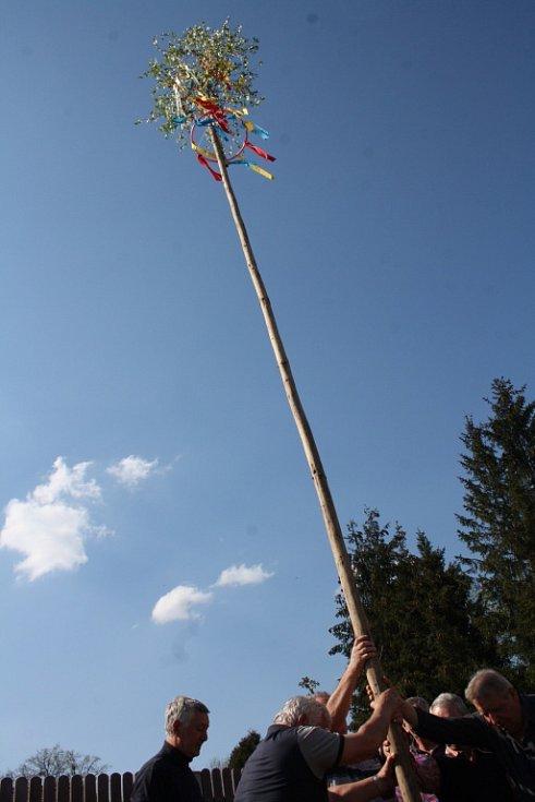 Objekt hasičské zbrojnice karvinské části Staré Město ozdobila májka.