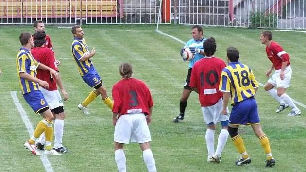 Brankář Miklas (uprostřed s míčem) byl oporou havířovského celku v duelu s Opavou.