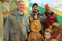 Medvěda dětem vrátili nálezci Jaroslav a Jan Fecenkovi a Michal Mikula.