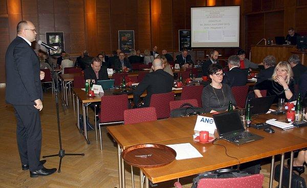 Zasedání havířovských zastupitelů. Josef Bělica při prezentaci společnosti MRA.
