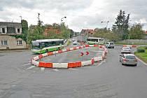 Silnice 1. máje v Bohumíně-Skřečoni se bude od pondělí opravovat v blízkosti plastového kruháče zvaného piškot