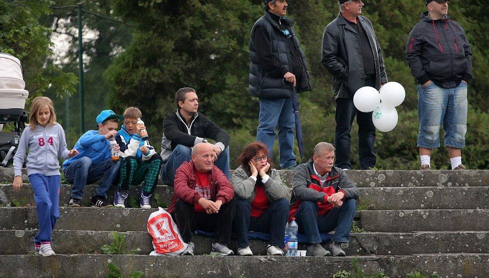 Fanoušci sledují utkání.