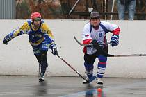Karvinští hokejbalisté (v bílém) porazili doma v důležitém utkání pražské Kovo.
