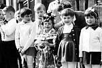 Třída 1.D u silnice u zubařské vily ve Fryštátě 1. května 1967. Zdroj: soukromý archiv ⋌Jiřiny Stehlíkové (Piskorzové)
