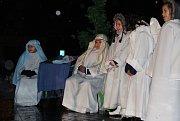 Vánoční program pro děti ze znevýhodněných rodin připravili školáci ZŠ Družby v Karviné. Na náměstí Budovatelů mj. rozsvítili vánoční stromeček