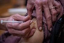 Ilustrační snímek. Zdravotnice očkuje vakcínou Moderna proti koronaviru klienta Domova pro seniory Kamenec, 14. ledna 2021 v Ostravě.